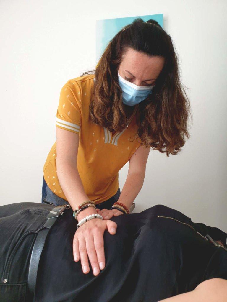 Photo de Juli et Julie pendant un exercice de magnétisme